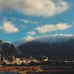 La Montagne de la Table, haute de 1 086 m et surmontée d'un sommet plat de 3 km2, symbolise la ville du Cap.