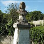 Monument à La Caille à Rumigny (Ardennes), son lieu de naissance. Érigé en 1962, il remplace un monument similaire de 1921 détruit pendant la seconde guerre mondiale.
